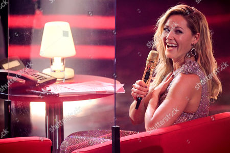 epa08865208 German singer Helene Fischer attends the 'Ein Herz Fuer Kinder' (lit: A Heart for Children) gala show in Berlin, Germany, 05 December 2020. German television channel ZDF and newspaper 'Bild' collected donations for children's charity organizations in Germany and the whole world. EPA-EFE/CLEMENS BILAN / POOL