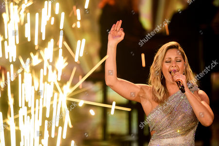 epa08865443 German singer Helene Fischer performs on stage during the 'Ein Herz Fuer Kinder' (lit: A Heart for Children) gala show in Berlin, Germany, 05 December 2020. German television channel ZDF and newspaper 'Bild' collected donations for children's charity organizations in Germany and the whole world. EPA-EFE/CLEMENS BILAN / POOL
