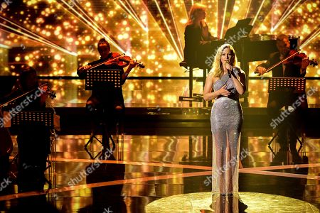 epa08865447 German singer Helene Fischer performs on stage during the 'Ein Herz Fuer Kinder' (lit: A Heart for Children) gala show in Berlin, Germany, 05 December 2020. German television channel ZDF and newspaper 'Bild' collected donations for children's charity organizations in Germany and the whole world. EPA-EFE/CLEMENS BILAN / POOL