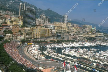 Monte Carlo, Monaco. 29th May 2001.  Race fans along with the Rich and Famous cram into the Principality for the race. World Copyright: Michael Cooper/LAT Photographic