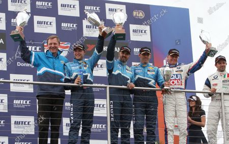 Donington Park, UK. 17th July 2011.  Ray Mallock, RML, Rob Huff, Yvan Muller, Alain Menu, Chevrolet, Franz Engstler, Engstler BMW and Fabio Fabiani, Proteam BMW, celebrate on the podium.  World Copyright: Kevin Wood/LAT Photographic  Ref: Digital Image IMG_3103a