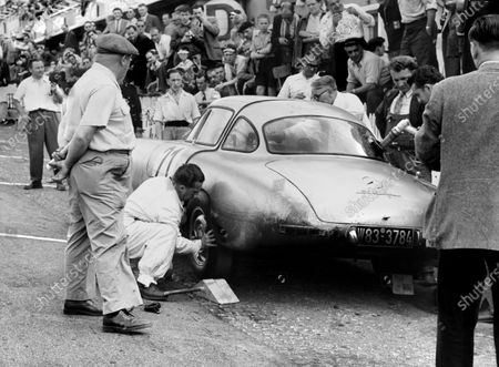 1952 Le Mans 24 Hours. Le Mans, France. 14-15 June 1952. Hermann Lang/ Fritz Riess (Mercedes-Benz 300SL), 1st position, pit stop  action. World Copyright: LAT Photographic
