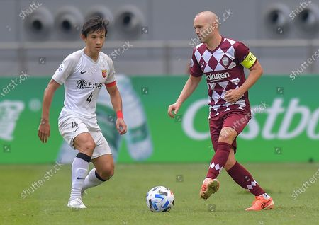 Andres Iniesta (R) of Vissel Kobe vies with Wang Yanchao of Shanghai SIPG FC during the round of 16 match of the AFC Champions League between Shanghai SIPG FC of China and Vissel Kobe of Japan in Doha, Qatar, Dec. 7, 2020.