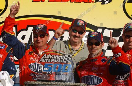 08-10 April, Martinsville Speedway, Va , USA, 2005 Robbie Loomis (l) and Jeff Gordon at the podium, World Copyright-Robt LeSieur 2005 USA