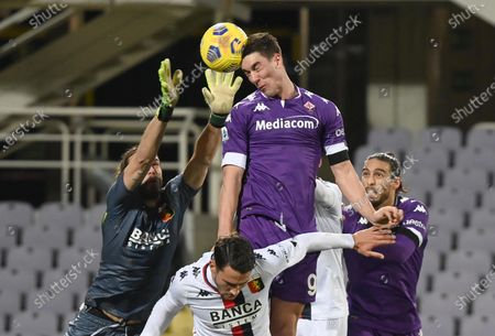Fiorentina's forward Dusan Vlahovic (R) against Genoa's goalkeeper Federico Marchetti (L) during the Italian Serie A soccer match between ACF Fiorentina and Genoa CFC at the Artemio Franchi stadium in Florence, Italy, 07 December 2020.