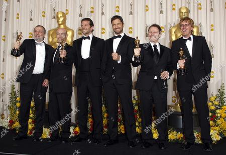 Bradley Cooper and Gerard Butler (centre) with Joe Letteri, Stephen Rosenbaum, Richard Baneham and Andrew Jones (Best Visual Effects for 'Avatar')