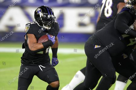 Baltimore Ravens running back Mark Ingram works out prior to an NFL football game against the Dallas Cowboys, in Baltimore