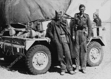 1944 Portaits. North African desert. 1944. Robert Fellowes (right), portrait. World Copyright: Robert Fellowes Collection/LAT Photographic Ref: 44VAR01