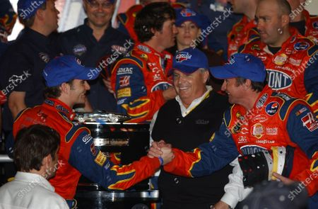 10-20 February, Daytona International Speedway, USA, 2005 Jeff Gordon being congratulated by crew chief Robbie Loomis as Rick Hendrick looks on, World Copyright-Robt LeSieur 2005 USA LAT Photographic