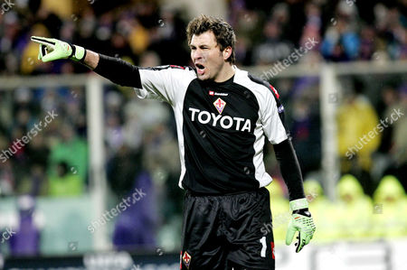 Fiorentina's goalkeeper, Sebastien Frey, shouts instructions to his defenders
