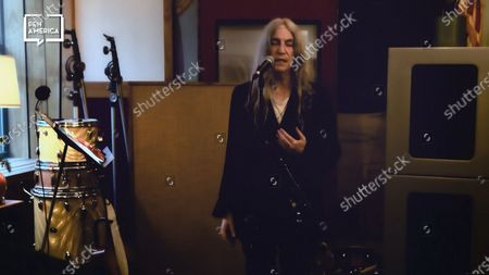 Patti Smith performing after accepting her award.