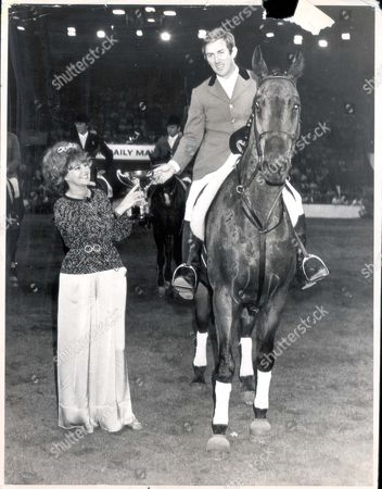 David Broome - 1976 Mrs Pat Harmsworth Present The Daily Mail Gold Cup. Former World Champion David Broome Won The Daily Mail Gold Cup For The Third Time At Wembley's Royal International Horse Show And Was Hailed As A Hero By His Rivals. It Was A Night That Will Be Remembered In Equestrian Circles For Years Beacuse This Was More Than Sport; It Was Perfection. ...show Jumping-equestrian
