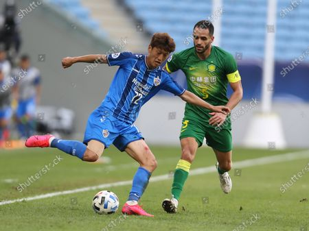 Ulsan Hyundai's Lee Chung-Yong, left, and Beijing's Renato Augusto fight for the ball during a quarter final AFC Champions League match in Al Wakrah, Qatar