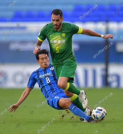 Renato Augusto (R) of Beijing in action against Sin Jin-Ho (L) of Ulsan during the AFC Champions League Quarter Finals match between Ulsan Hyundai FC and Beijing FC at the Al-Janoub Stadium in Al-Wakrah, Qatar, 10 December 2020.