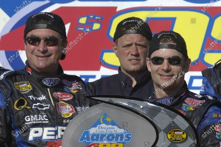 April 28-May 1, Talladega SuperSpeedway, USA, 2005 Robbie Loomis and Jeff Gordon at the winners podium Copyright-Robt LeSieur 2005 USA  LAT Photographic