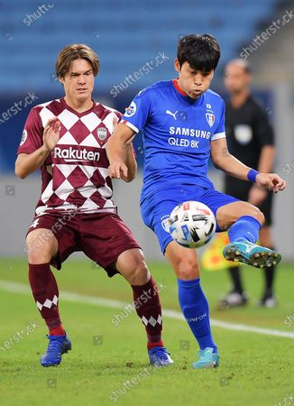 Gotoku Sakai (L) of Vissel in action against Goo Dae-Young of Suwon during the AFC Champions League quarter final match between Vissel Kobe and Suwon Samsung Bluewings at the Al Janoub Stadium in Al Wakrah, Qatar, 10 December 2020.