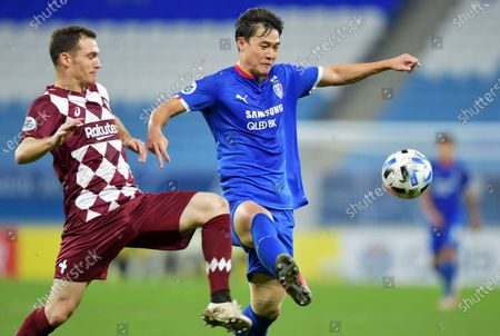 Stock Picture of Thomas Vermaelen (L) of Vissel in action against Kim Gun-hee of Suwon during the AFC Champions League quarter final match between Vissel Kobe and Suwon Samsung Bluewings at the Al Janoub Stadium in Al Wakrah, Qatar, 10 December 2020.
