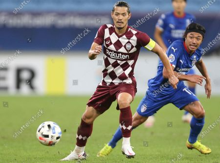 Vissel Kobe's Hotaru Yamaguchi, left, fights for the ball with Suwon Samsung Bluewings' Ko Seung-Beom during the Champions League, quarter final, soccer match between Vissel Kobe and Suwon Samsung Bluewings in Doha, Qatar