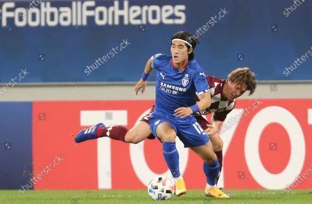 Suwon Samsung Bluewings' Kim Tae-Hwan, foreground, is challenged by Vissel Kobe's Gotoku Sakai during the Champions League, quarter final, soccer match between Vissel Kobe and Suwon Samsung Bluewings in Doha, Qatar