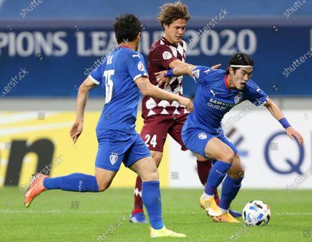 Suwon Samsung Bluewings' Kim Tae-Hwan, right, is challenged by Vissel Kobe's Gotoku Sakai during the Champions League, quarter final, soccer match between Vissel Kobe and Suwon Samsung Bluewings in Doha, Qatar