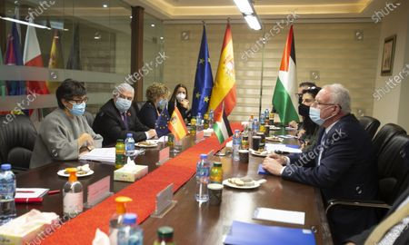 Stock Image of Spain's Foreign Minister Arancha Gonzalez, Laya left, and Palestinian Foreign Minister Riyad Al-Maliki, right, meet with their delegations in the West Bank city of Ramallah