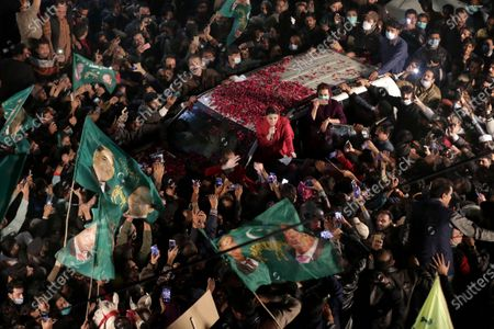 Stock Image of Supporters of opposition political party Pakistani Muslim League (Nawaz) surround the convoy of their leader Maryam Nawaz Sharif during an anti-government rally, in Lahore, Pakistan, 10 December 2020. The major opposition political parties, that have formed an alliance Pakistan Democratic Movement (PDM) are gearing up for an anti-government rally in Lahore 13 December.