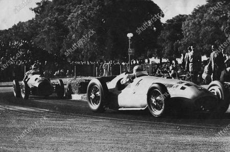 Buenos Aires, Argentina. 24th February 1951. Hermann Lang (Mercedes), 3rd position, leads Oscar Galvez (Ferrari), retired, action. World Copyright: LAT Photographic. Ref: Autocar Used Pic 16th March 1951 Page 322.