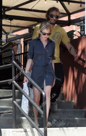 Exclusive - Heath Ledger and girlfriend Michelle Williams who is also the mother of their daughter Matilda head to their car after stopping off to buy some books at the popular Book Soup along Sunset Boulevard in West Hollywood, Ca