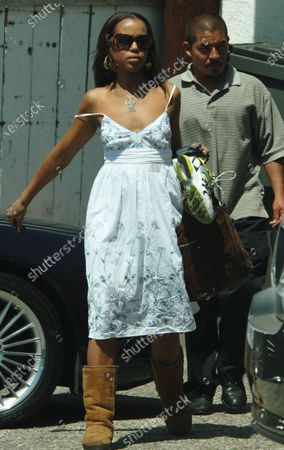 Exclusive - Kerry Washington the popular actress who has starred as the wife in two movies where actors have gone on to win oscars she played Jamie Foxx's wife in Ray and Forrest Whitaker's wife in The Last King Of Scotland heads to her car after spending the morning working out at the Pro Gym in Brentwood, Ca