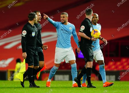 Kyle Walker and Fernandinho of Manchester City both complain to referee Chris Kavanagh as the players walk off the pitch at halftime