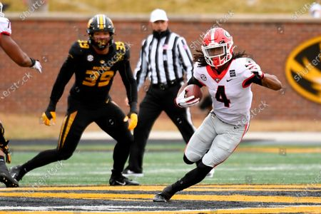Georgia running back James Cook (4) runs with the ball during the first half of an NCAA college football game against Missouri, in Columbia, Mo