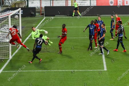 Antwerp's Dieumerci Mbokani Bezua and Club's goalkeeper Simon Mignolet pictured in action during a soccer match between Royal Antwerp FC and Club Brugge, Sunday 13 December 2020 in Antwerp, on day 16 of the 'Jupiler Pro League' first division of the Belgian championship.