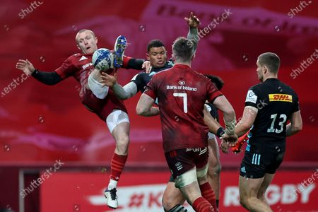 Munster vs Harlequins. Munster's Keith Earls competes in the air with Nathan Earle of Harlequins