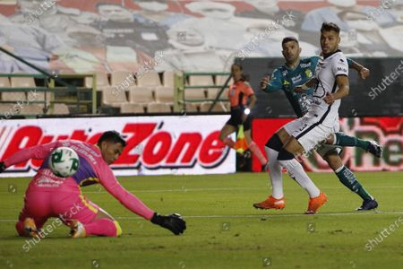 Pumas' goalkeeper Alfredo Talavera, left, fails to stop Leon's Emmanuel Gigliotti first goal during their Mexican soccer league second-leg final match in Leon, Mexico