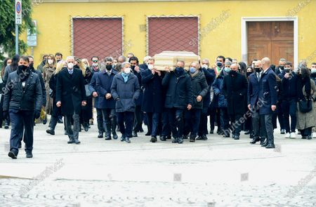 Funeral of Paolo Rossi. The coffin carried on the shoulders of the former teammates of the national team and his son Alessandro. Antonio Cabrini, Marco Tardelli, Giancarlo Antognoni and Fulvio Collovati were recognized in the front row