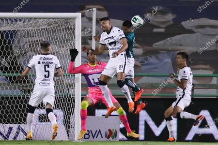 Leon's Angel Mena (2nd R) vies with Nicolas Freire (C) of UNAM Pumas during the second leg of the final of the 2020 Liga MX Guardianes tournament in Leon, Mexico, on Dec. 13, 2020. (Xinhua/Carlos Ramirez/Straffon Images)