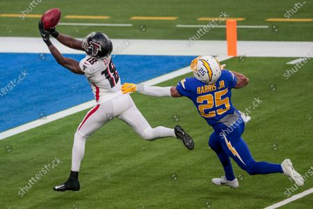 Inglewood, CA, Sunday, Dec. 13, 2020 Atlanta Falcons wide receiver Calvin Ridley (18) beats Los Angeles Chargers cornerback Chris Harris (25) for a long touchdown pass from Atlanta Falcons wide receiver Russell Gage (83) at SoFi Stadium. (Robert Gauthier/ Los Angeles Times)