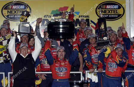 Rick Hendrick (USA), Hendrick Motorsports Chief, left, and crew chief Robby Loomis (USA), right, join Jeff Gordon (USA), DuPont Chevrolet, in Victory Lane. NASCAR Nextel Cup, Rd2, Daytona 500, Daytona International Speedway, Daytona Beach, Florida, USA. 20 February 2005. DIGITAL IMAGE