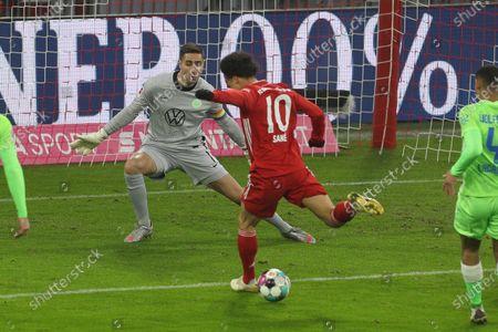 l-r: im Zweikampf, Aktion, with Koen Casteels #1 (VfL Wolfsburg) and Leroy Sane #10 (FC Bayern Muenchen)