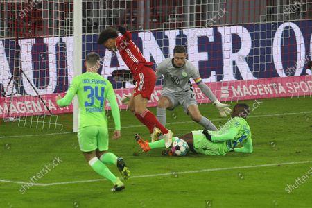 l-r: im Zweikampf, Aktion, with Leroy Sane #10 (FC Bayern Muenchen), Marin Pongracic #34 (VfL Wolfsburg), Jerome Roussillon #15 (VfL Wolfsburg), Koen Casteels #1 (VfL Wolfsburg)