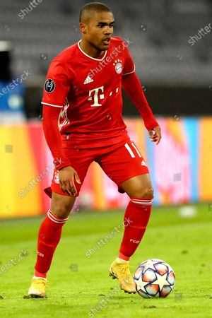 Bayern's Douglas Costa controls the ball during the Champions League group A soccer match between FC Bayern Munich and Lokomotiv Moscow at the soccer Arena stadium, Germany