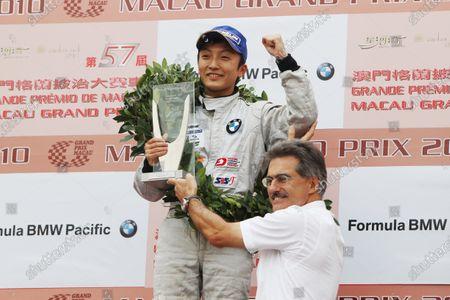 Second placed driver Tomoki Nojiri (JPN), Eurointernational, receives his trophy from Mario Theissen (GER), BMW Motorsport Director. Formula BMW Pacific, Guia Circuit, Macau, 20-21 November 2010.