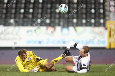 Anderlecht's goalkeeper Timon Wellenreuther and Charleroi's Lukasz Teodorczyk fight for the ball during a soccer match between Sporting Charleroi and RSCA Anderlecht, Friday 18 December 2020 in Charleroi, on day 15 of the 'Jupiler Pro League' first division of the Belgian championship.