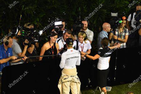 Race retiree Lewis Hamilton (GBR) Mercedes AMG F1 talks with Louise Goodman (GBR) Goodman Media and the media at Formula One World Championship, Rd13, Singapore Grand Prix, Race, Marina Bay Street Circuit, Singapore, Sunday 20 September 2015.