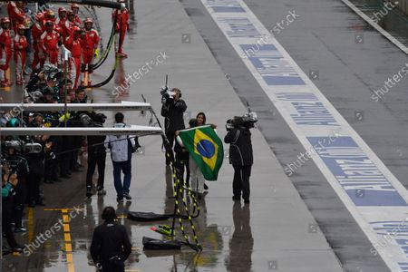 Race retiree Felipe Massa (BRA) Williams walks in with Braziliian flag and greets with his wife Rafaela Bassi (BRA) and son Felipinho Massa (BRA) at Formula One World Championship, Rd20, Brazilian Grand Prix, Race, Interlagos, Sao Paulo, Brazil, Sunday 13 November 2016.