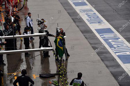 Race retiree Felipe Massa (BRA) Williams walks in pitalne with Brazilian flag and celebrates with his wife Rafaela Bassi (BRA) and son Felipinho Massa (BRA) at Formula One World Championship, Rd20, Brazilian Grand Prix, Race, Interlagos, Sao Paulo, Brazil, Sunday 13 November 2016.