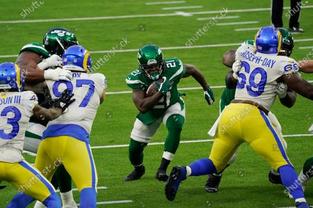 New York Jets running back Frank Gore (21) runs against the Los Angeles Rams during the second half of an NFL football game, in Inglewood, Calif