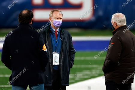 New York Giants owner John Mara talks with Cleveland Browns owner Jimmy Haslam, right, and executive vice president JW Johnson before an NFL football game, in East Rutherford, N.J