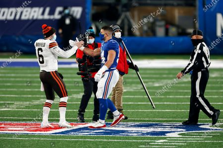 New York Giants inside linebacker Blake Martinez (54) shakes hands with Cleveland Browns quarterback Baker Mayfield (6) in front of field judge Tom Hill (97) before an NFL football game, in East Rutherford, N.J