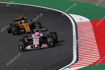 Esteban Ocon (FRA) Force India VJM10 and Jolyon Palmer (GBR) Renault Sport F1 Team RS17 at Formula One World Championship, Rd16, Japanese Grand Prix, Race, Suzuka, Japan, Sunday 8 October 2017.